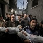 Suhaib Hijazi, de dos años, y su hermano Muhammad de tres, resultaron muertos en un bombardeo por parte del ejército de Israel en Gaza. Su padre también murió y su madre fue hospitalizada en cuidados intensivos. Paul Hansen, Suecia, Dagens Nyheter, 20 de noviembre | 1er lugar del World Press Photo of the Year 2012